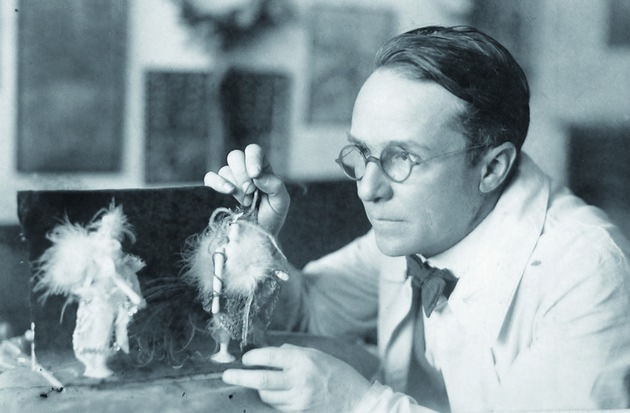 BILD zu OTS - Portraet Emil Pirchan im Atelier in Prag, ca. 1933