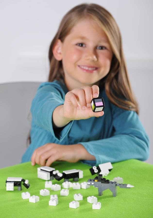 """Mehr Spielen, weniger Fernsehen: Mädchen mit dem LEGO Brettspiel Shave a Sheep/Die Mitspieler von """"Shave a Sheep"""" bekommen sich unter Umständen ordentlich in die Wolle, denn es geht darum, eben davon soviel wie möglich zu sammeln. Deshalb sollte jeder Spieler seine Schafe so schnell scheren, wie es geht. Seit 2009 gibt es für kleine und große Kinder eine ganze Reihe von LEGO Brettspielen - und es kommen noch mehr dazu. Weiterer Text ueber ots und auf https://www.presseportal.ch.  Die Verwendung dieses Bildes ist fuer redaktionelle Zwecke honorarfrei.  Veroeffentlichung unter Quellenangabe: """"obs/LEGO GmbH""""."""