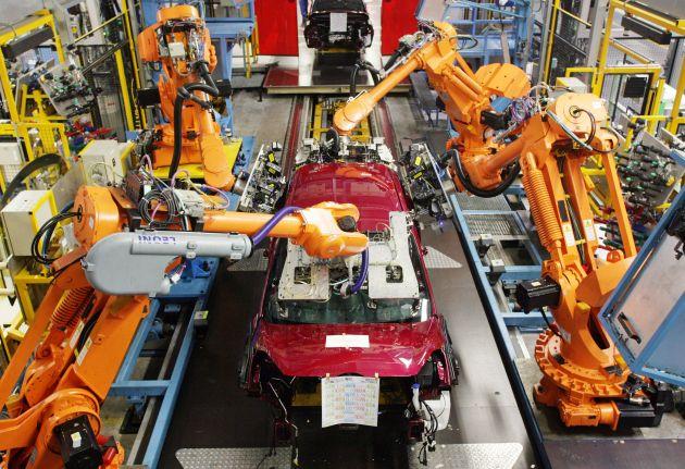 """Die Produktion des neuen Ford Fiesta ist im Koelner Ford-Werk angelaufen. Weltweit ist Koeln das erste Ford-Werk, in dem die siebte Fiesta-Generation gebaut wird. Bis zum Jahr 2010 folgen Produktion und Markteinfuehrung der auf die jeweiligen Kontinente zugeschnittenen Fiesta-Versionen in Asien und Amerika. Die Produktionsstaetten sind in China (Nanjing) und in Thailand (Rayong) sowie in Cuautitlán in der Naehe von Mexiko-Stadt, wo die Fiesta-Version fuer die USA ab dem Fruehjahr 2010 gebaut wird. Das Koelner Fiesta-Stammwerk beliefert 50 Laender bei einer Exportquote von ueber 85 Prozent. Bei voller Auslastung rollen taeglich rund um die Uhr mehr als 1.900 Ford Fiesta und Ford Fusion im flexiblen Fertigungsmix von den Baendern. Das Koelner Fiesta-Werk beschaeftigt 4.100 Mitarbeiterinnen und Mitarbeiter. Insgesamt hat Ford am Standort Koeln 17.300 Mitarbeiterinnen und Mitarbeiter aus 57 Nationen. Foto: Ford-Werke GmbH/Friedrich Stark. Die Verwendung dieses Bildes ist für redaktionelle Zwecke honorarfrei. Abdruck bitte unter Quellenangabe: """"obs/Ford-Werke GmbH"""""""