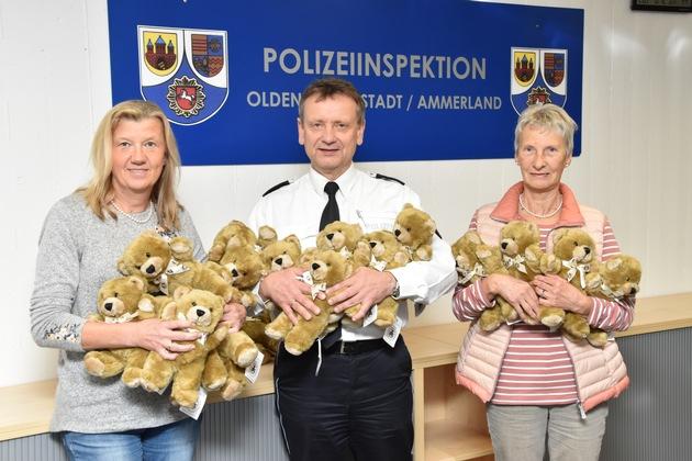 Inspektionsleiter Eckhard Wache (m.) freute sich über die Spende von Renate Eriksen (l.). Rechts im Bild: die Botschafterin der Deutschen Teddy-Stiftung, Helga Reuswich.