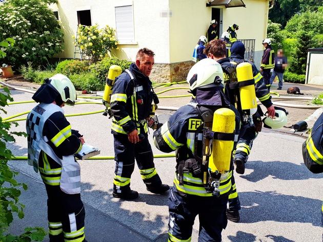 Mehrere Trupps wurden direkt zur Menschenrettung eingesetzt. Die Atemschutzgeräte schützten dabei die Rettungskräfte vor dem giftigen Rauch.