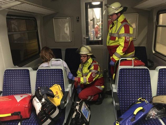 Ein rettungsteam vom DRK versorgt eine verletzte Person im Zug