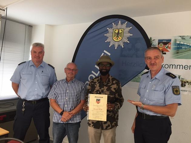 Gemeinsam mit Ermittlungsbeamten der Kölner Bundespolizei sowie dem Leiter der Kölner Bundespolizei wurde der Busfahrer für seine mutige Tat geehrt!
