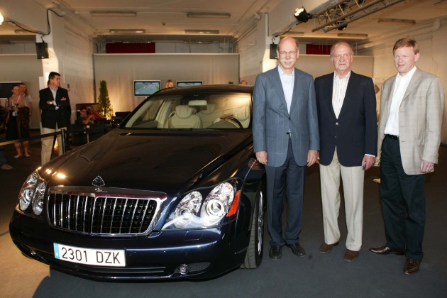 """This afternoon, 21.05.2006, the Spanish King Juan Carlos I started his special Maybach experience in the setting of the Laureus World Sports Award in Barcelona. Dr Dieter Zetsche, Chairman of DaimlerChrysler (left), Juan Carlos I, King of Spain, Dr Klaus Maier (right), member of the Mercedes Car Group executive board responsible for sales and marketing. Editorial use of this picture is free of charge. Please quote the source: """"ops/DaimlerChrysler AG"""""""