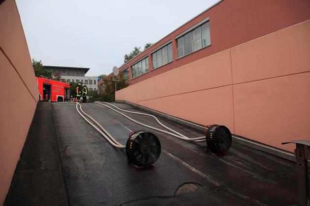 Hochleistungslüfter in der Zufahrt zur Tiefgarage blasen Frischluft ein und somit Brandrauch hinaus. Foto: Mike Filzen