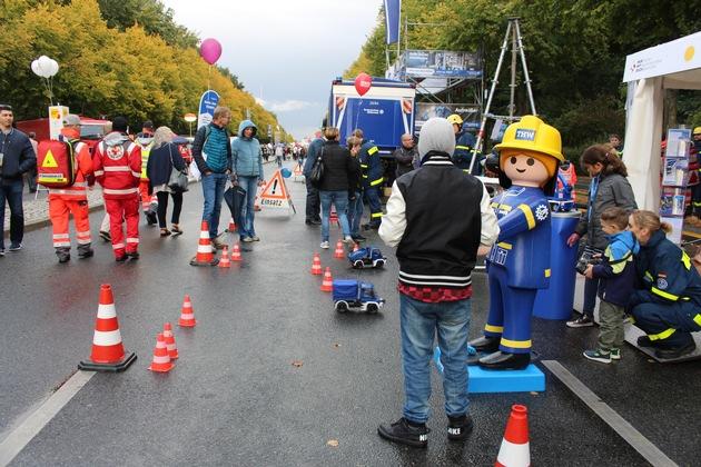 Das THW ist auf der Blaulichtmeile beim Bürgerfest zum Tag der Deutschen Einheit dabei - Blick zum Brandenburger Tor. Foto: THW/Ellen Krukenberg