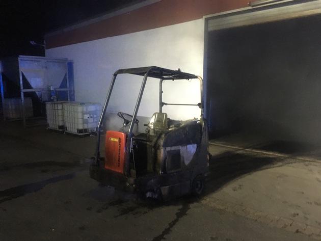 Vermutlich durch technischen Defekt geriet diese Kehrmaschine in Brand.