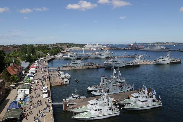 Die Marinestützpunkt Gänsefamilie sammelt die ersten Impressionen der Kieler Woche im Stützpunkt, im Hintergrund ein Fastpatrol Boot der Britischen Marine zu sehen, HMS ARCHER P 293