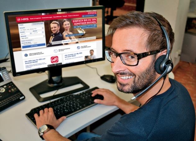 Gregor Sauermann ist einer der Kollegen bei HRS, die sich persönlich um die Belange der Kunden am Telefon kümmern. Foto: HRS