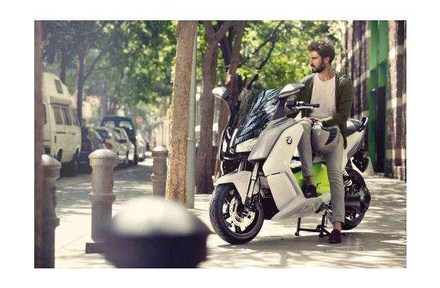Freiheit zum Mieten: Sixt hat die Trend-Bikes der Saison / Erweiterung der Sixt-Motorradflotte mit neuen BMW Modellen / Naked Bikes, Reise-Enduros und E-Scooter sind 2014 im Trend