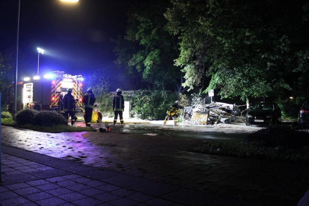 Säuberungsarbeiten der Straße nach brennendem Unrat im Holtkamp.