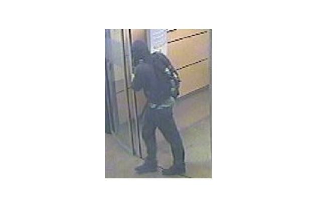 POL-BN: Foto-Fahndung: Unbekannter hebt Bargeld mit gestohlener Geldkarte ab - Wer kennt diesen Mann?