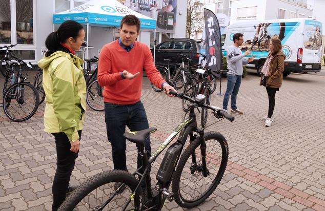 Mitarbeiterin lässt sich von einem Experten der Firma company bike solutions beraten