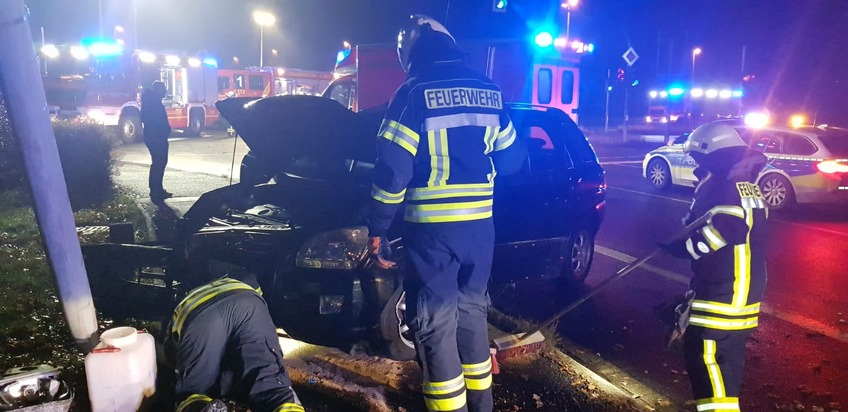 Die Einsatzkräfte streuten auslaufende Betriebsstoffe ab und klemmten aus Brandschutzgründen die Fahrzeugbatterien ab.