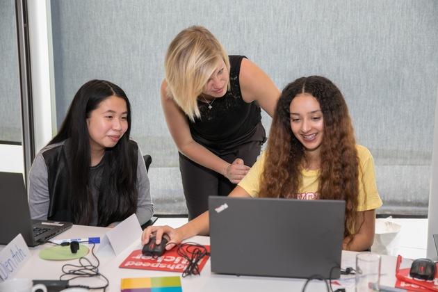 Düsseldorfer Schülerinnen programmieren ihre eigene Website mit Hilfe von Vodafone-Mentoren