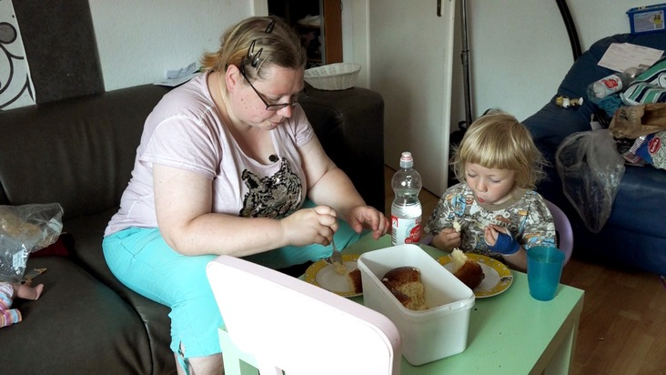 """Eine von ihnen ist Ute (36). Die alleinerziehende Mutter von zwei Kindern lebt seit acht Jahren von finanzieller Unterstützung. Ihr Einkommen reicht dabei nicht immer aus, um alle Kosten zu decken.   Ausstrahlung: Dienstag, 4. September 2018, um 20:15 Uhr bei RTL II / Weiterer Text über ots und www.presseportal.de/nr/6605 / Die Verwendung dieses Bildes ist für redaktionelle Zwecke honorarfrei. Veröffentlichung bitte unter Quellenangabe: """"obs/RTL II"""""""