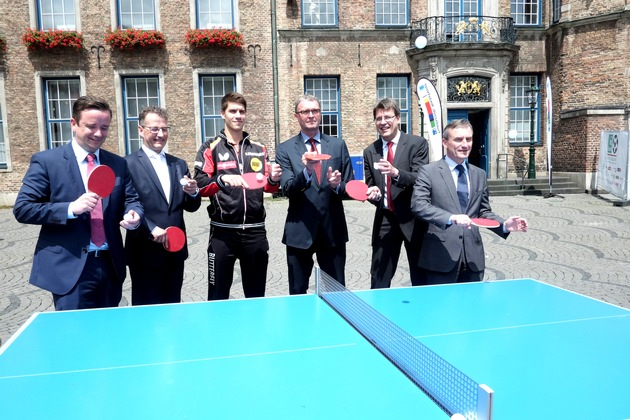 "Promoting the World Table Tennis Championships 2017 in Düsseldorf: Martin Ammermann (Düsseldorf Congress Sport & Event), Michael Geiger (Pres. DTTB), players Patrick Franziska, Frank Schrader (MD Düsseldorf Marketing), Thomas Weikert (Pres. ITTF) and Mayor Thomas Geisel, © DCSE/David Young. Weiterer Text über ots und www.presseportal.de/nr/53219 / Die Verwendung dieses Bildes ist für redaktionelle Zwecke honorarfrei. Veröffentlichung bitte unter Quellenangabe: ""obs/Landeshauptstadt Düsseldorf/DCSE/David Young"""