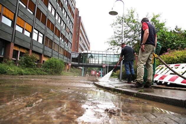 Der Schlamm wird mit Wasserdruck weggespült. Foto: Mike Filzen