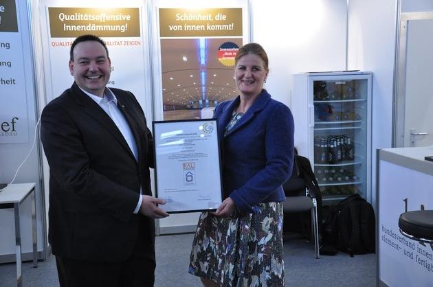 Zertifikatsübergabe durch Kay Beyen, Obmann Güteausschuss der GG-CERT, an Gudrun Siemens, Vertriebsleitung GUTEX