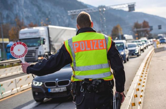 """Bundespolizist an einer Autobahn-Kontrollstelle. Das Beispielbild ist für redaktionelle Zwecke mit der Quellenangabe """"Bundespolizei"""" freigegeben."""