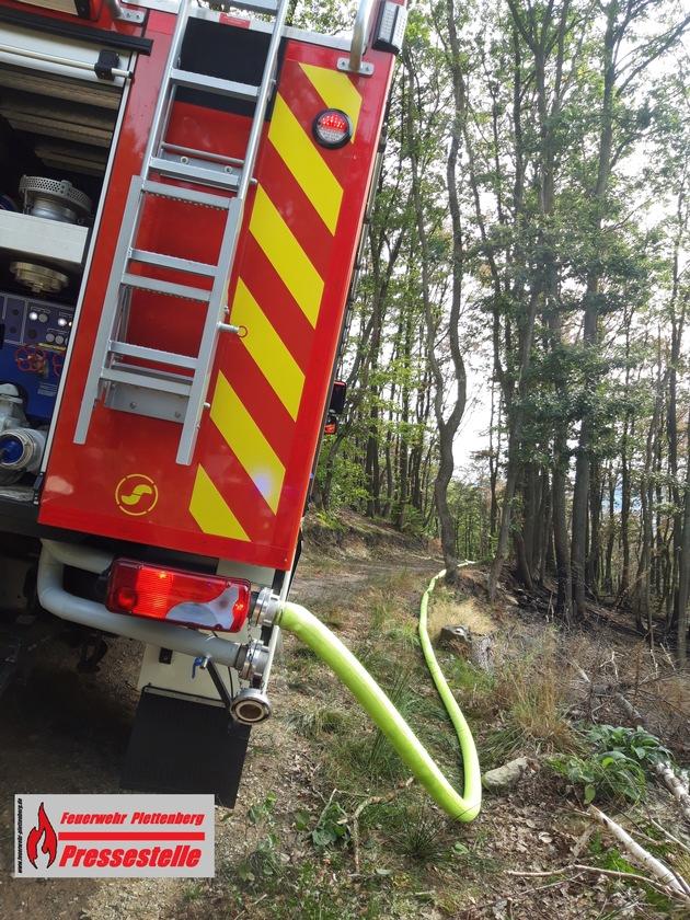 mit dem Wasser aus einem Tanklöschfahrzeug wurden der brennende Waldboden abgelöscht