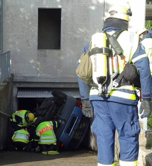 Unter schwerem Atemschutz mussten die Helfer zu Verletzten durchdringen
