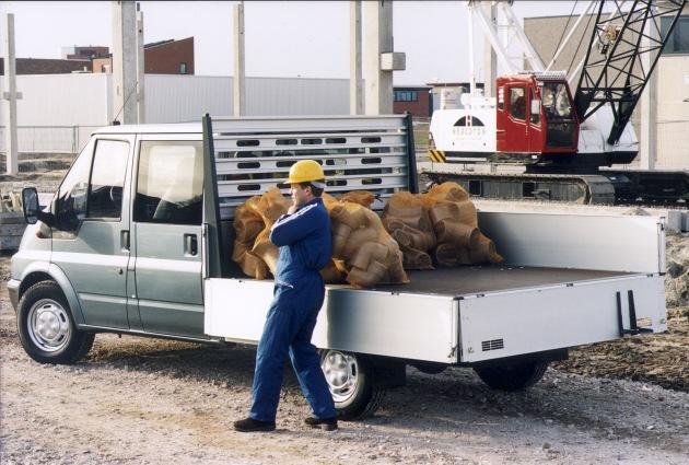 """Der Ford Transit CNG Pritschenwagen (nur langer Radstand) ist ab sofort auch mit 224 Liter (=38,6 kg) fassenden Erdgastanks lieferbar. Das reicht fuer mehr als 400 Kilometer. Hinzu kommt der serienmaessige 80-Liter-Benzintank. Die Verwendung dieses Bildes ist für redaktionelle Zwecke honorarfrei. Abdruck bitte unter Quellenangabe: """"obs/Ford Werke GmbH"""""""