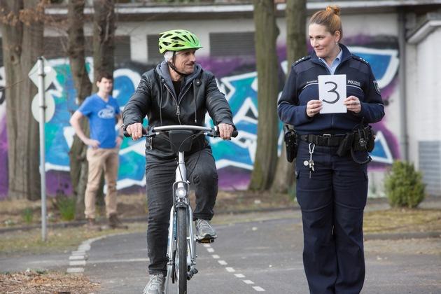 """Ford Fahrradtraining mit Geflüchteten mit Polizei / Weiterer Text über ots und www.presseportal.de/nr/6955 / Die Verwendung dieses Bildes ist für redaktionelle Zwecke honorarfrei. Veröffentlichung bitte unter Quellenangabe: """"obs/Ford-Werke GmbH"""""""