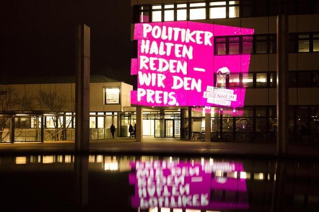 Während einer Gemeinderatssitzung im Februar in Ludwigsburg projizierte das Revolution- Eigenheim-Team seine Sprüche auf die Fassade des Sitzungssaals. Quelle: BAUSTOLZ/Hanus