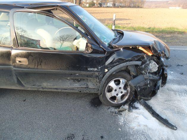 POL-DN: Vorfahrt missachtet - zwei Verletzte und circa 8000 Euro Sachschaden