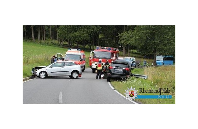 Die beiden Fahrzeuge stießen frontal aufeinander, weil einer der beiden Fahrer auf nasser Straße die Kontrolle verloren hatte und in den Gegenverkehr geraten war.