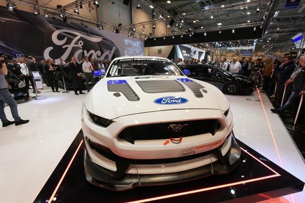 """Pressekonferenz auf der Essener Motorshow / Premiere: Ford Mustang GT4 / Essen Motor Show: Ford verkündet Preise des neuen Mustang und enthüllt GT4-Rennversion / Weiterer Text über ots und www.presseportal.de/nr/6955 / Die Verwendung dieses Bildes ist für redaktionelle Zwecke honorarfrei. Veröffentlichung bitte unter Quellenangabe: """"obs/Ford-Werke GmbH/Ursula Nerger"""""""
