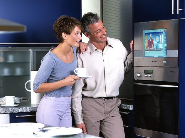 """In der Küche findet schon bald ein Familienterminal von Miele@home seinen Platz. Es dient als Bedienelement für Hausgeräte wie Waschmaschine, Kühlschrank oder Wäschetrockner, die wie gewohnt über die Steckdose an das Stromnetz angeschlossen sind. Der Datenaustausch zwischen Terminal und Hausgeräten findet dann über die vorhandene Stromleitung statt: per Power Line Communication, kurz PLC. Dadurch ist auch das Nachrüsten von Miele@home in bestehenden Haushalten kein Problem. Foto: Miele. Die Verwendung dieses Bildes ist für redaktionelle Zwecke honorarfrei. Abdruck bitte unter Quellenangabe: """"obs/Miele & Cie. GmbH & Co."""""""