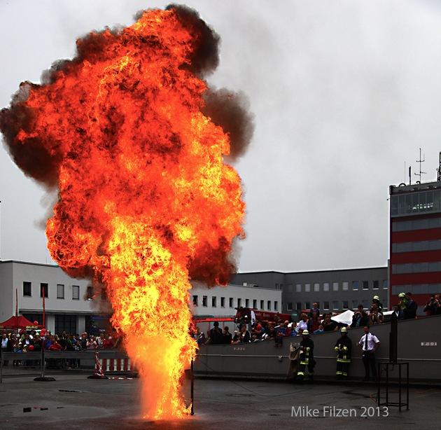 """Dieser Feuerball entstand bei einer Fettexplosion, Demo beim Tag der offenen Tür. Etwa eineinhalb Liter brennendes, siedendes Fett wurden mit der gleichen Menge Wasser """"abgelöscht"""". In einem geschlossenen Raum eine lebensgefährliche Situation. Foto: Mike Filzen"""