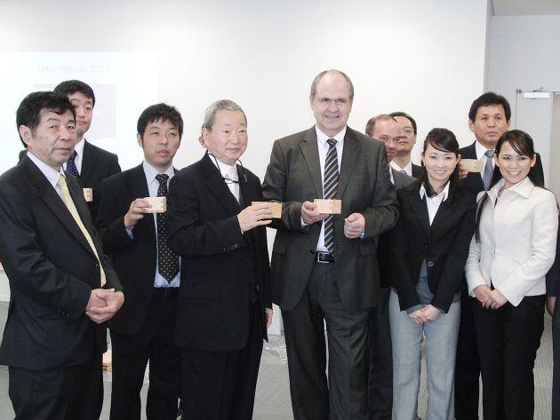 """In dieser Woche eröffnete der LPKF-Vorstandsvorsitzende Dr. Ingo Bretthauer gleich zwei neue Vertriebs-und Servicestandorte in Asien. Der japanische Markt gilt in der Elektronikbranche als technologisch führend und extrem anspruchsvoll. Die japanische Elektronikindustrie hat die oberen Segmente der elektronischen Konsumgüter innovativ besetzt und sichert ihre Position durch die Herstellung kritischer Bauteile im eigenen Land. Gerade deshalb ist es für Bretthauer wichtig, in diesem Umfeld jetzt mit einer eigenen Tochtergesellschaft vertreten zu sein. In Yokohama, Japan, the distributors and the employees of the new office are pleased with an increased market presence. +++ LPKF Chairman of the Board of Managing Directors Dr. Ingo Bretthauer opened two new sales and service branches in Asia this week. The Japanese are considered to be the technical leaders in the electronics sector, and the Japanese market is renowned for its very high standards. The Japanese electronics industry innovatively occupies the prime segments of the electronic consumer goods sectors, and maintains this leading position by manufacturing all the critical components in its own country. This is why it is particularly important for Bretthauer that LPKF now has its own subsidiary in Japan. In Yokohama, Japan, the distributors and the employees of the new office are pleased with an increased market presence. +++ Die Verwendung dieses Bildes ist für redaktionelle Zwecke honorarfrei.  Veröffentlichung bitte unter Quellenangabe: """"obs/LPKF Laser & Electronics AG"""""""