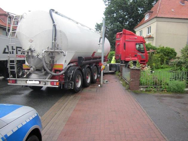 Der Lkw hatte zunächst die rechts im Vordergrund zu sehende Ampel beschädigt und steuerte dann in Richtung Vorgarten.