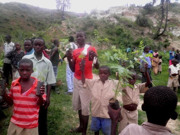 Schüler aus Kagwema pflanzen Baumsetzlinge auf dem Schulgelände in Burundi