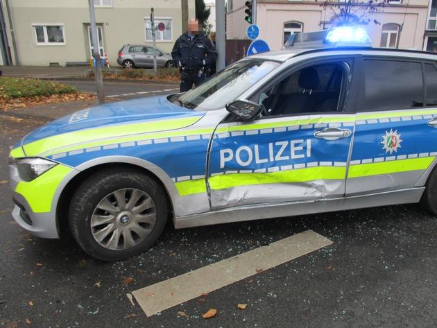 Auf der Anfahrt zur Unfallaufnahme wurde ein Streifenwagen von einem Mercedes angefahren.