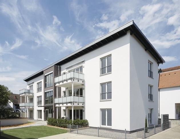 Das Mehrfamilienhaus konnte nach der Erstellung des Untergeschosses mit Tiefgarage innerhalb kürzester Zeit mit modularen Holzbauelementen komplettiert werden.