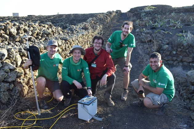 Professor Angelo Pio Rossi (in the middle of the picture) at a training for ESA astronauts and engineers on Lanzarote.