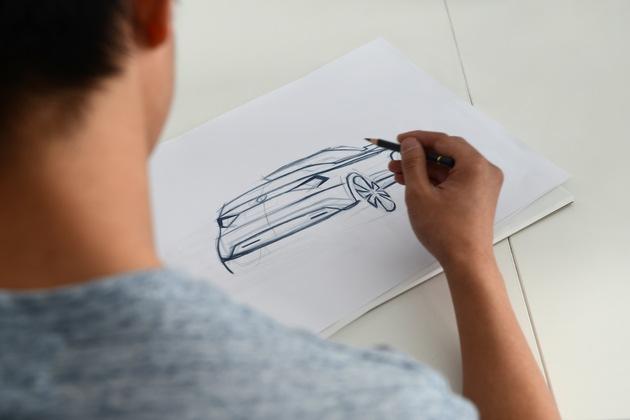 """Auszubildende der SKODA Berufsschule bauen Cabrio-Studie des SKODA KAROQ: Der Entwurf des neuen Azubi Cars entstand in Zusammenarbeit mit Schülern der SKODA Berufsschule und Praktikanten des Bereichs Design unter Aufsicht von erfahrenen Designern. Weiterer Text über ots und www.presseportal.de/nr/28249 / Die Verwendung dieses Bildes ist für redaktionelle Zwecke honorarfrei. Veröffentlichung bitte unter Quellenangabe: """"obs/Skoda Auto Deutschland GmbH"""""""
