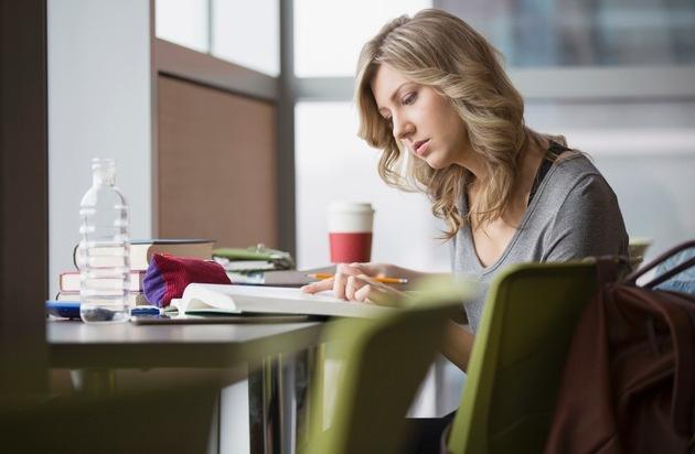 private haftpflichtversicherung ein muss f r alle studenten kaffee auf dem laptop. Black Bedroom Furniture Sets. Home Design Ideas