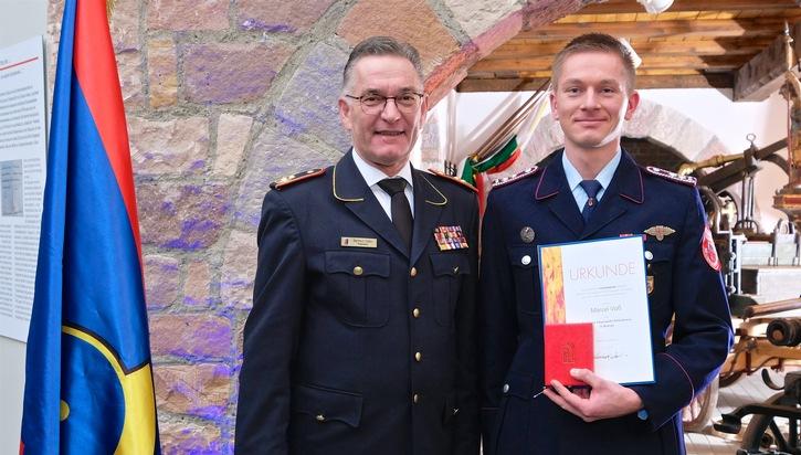 Auszeichnung durch Hartmut ZIEBS, Präsident des Deutschen Feuerwehrverbandes (DFV), an Marcel VOß, Hamburg/Neubrandenburg