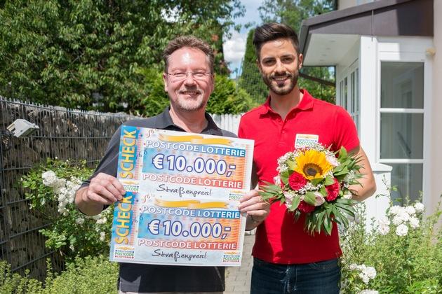 Darko aus München freut sich über den Gewinn von 20.000 Euro. Postcode-Moderator Giuliano Felix (rechts) freut sich mit. Foto: Postcode Lotterie/Wolfgang Wedel