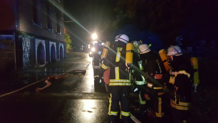 Kräfte der Feuerwehr bekämpften das Feuer vom Boden und über zwei Drehleitern am Gebäude. Foto: FW Arnsberg
