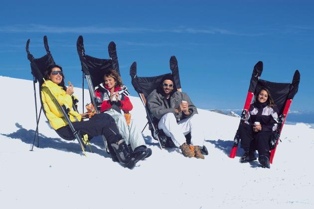 """SKISEAT™ und ist die Lösung für Skifahrer aller Altersklassen, die gerne mal eine kleine oder grössere Pause einlegen. Ein auf handtaschengross zusammengerollter Sitz, welcher sich mit wenigen Handgriffen und einem Paar Ski zu einem gemütlichen Liegestuhl verwandelt! Weiterer Text über ots - Die Verwendung dieses Bildes ist für redaktionelle Zwecke honorarfrei. Abdruck bitte unter Quellenangabe: """"obs/Skiseat.COM GmbH"""""""
