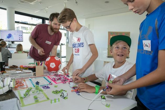 Kinder von Vodafone-Mitarbeitern gehen erste Schritte in eine digitale Zukunft