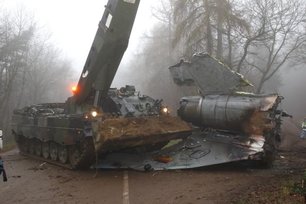 "Bergepanzer 3 ""Büffel"" beim Bergen der Wrackteile des verunglückten Tornados"