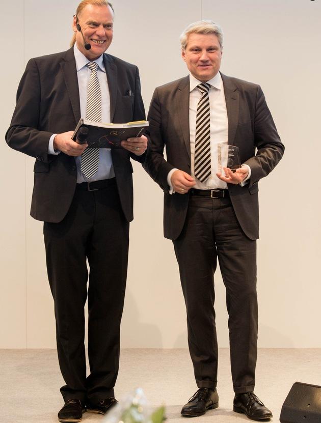 AKAD-CEO Professor Dr. Ronny Fürst (r.) nimmt den eLearning Award auf der didacta entgegen. Frank Siepmann, Herausgeber des eLearning Journals, gratuliert.