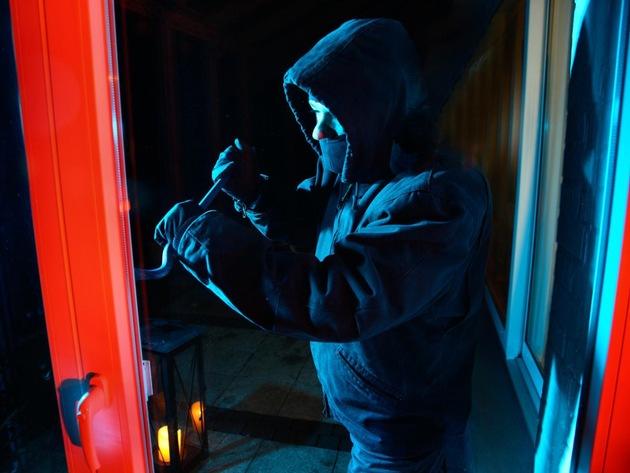 Symbolbild: Einbrecher kommen durch Fenster und Türen